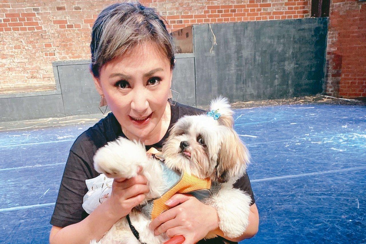 陳亞蘭與「小情人」愛犬毛毛合影。 圖/麗生百合提供