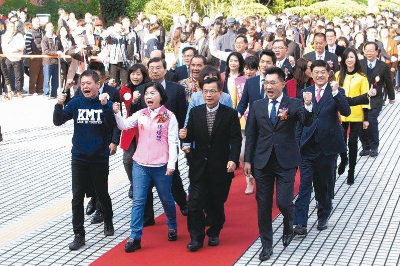 立法院第10屆立法委員今天上午報到,國民黨立委集體走紅毯進入議場。 記者季相儒/攝影
