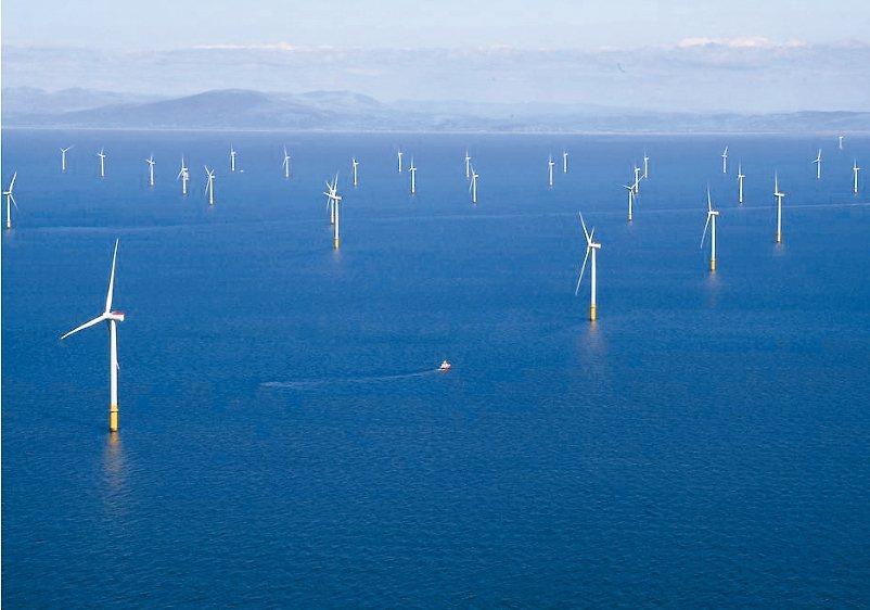 風力發電成為各國開發再生能源的主力。圖為英國離岸風力發電場。 路透
