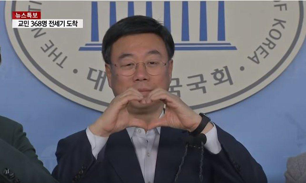 自由韓國黨議員提出用「比愛心」取代握手,引發南韓網友反彈。圖翻攝自臉書「YTN」