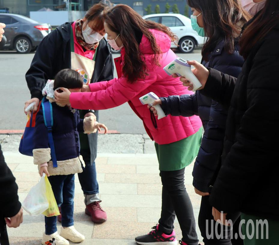 中小學開學在即,家長擔心疫情會影響孩子的照顧與學習。記者徐如宜/攝影
