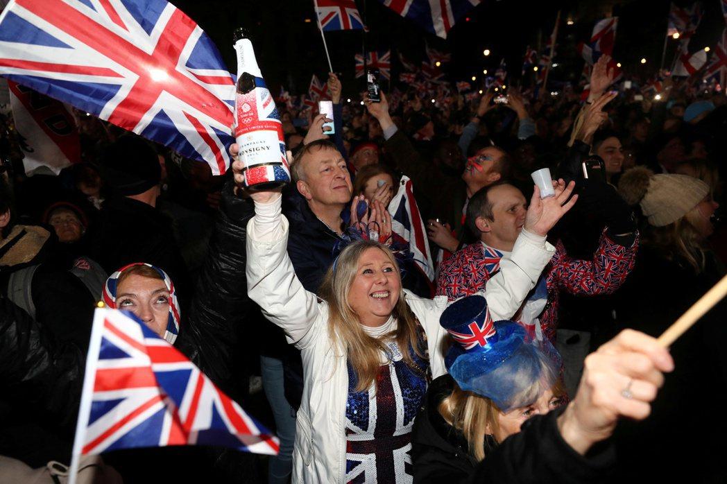 英國民眾1月31日晚間在倫敦國會廣場慶祝英國正式脫歐。路透