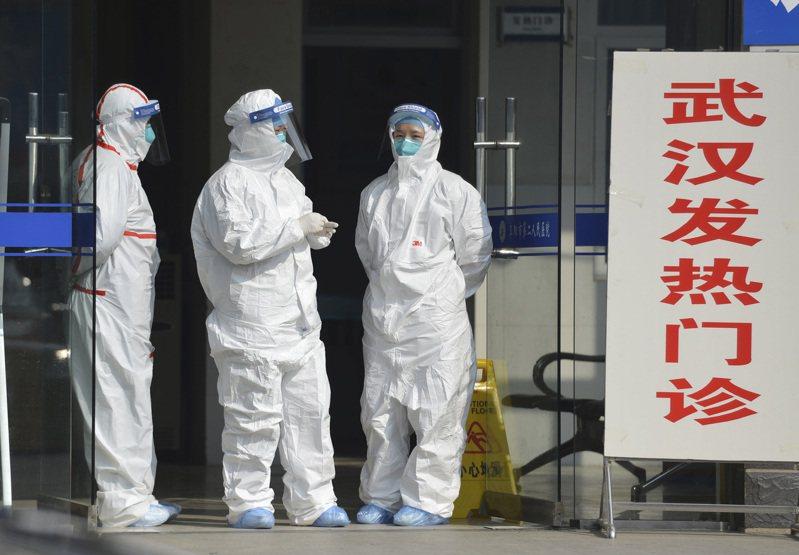 大陸安徽省的醫護人員在醫院外等候發燒的病人到院。 美聯社