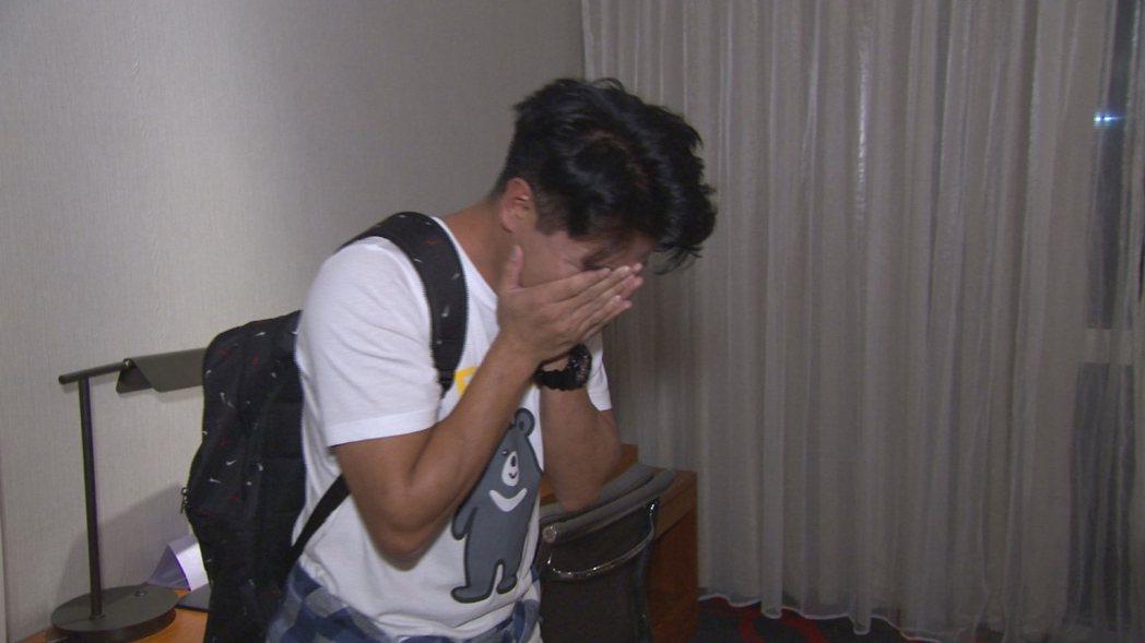 郭彥均掩面痛哭。圖/中天提供