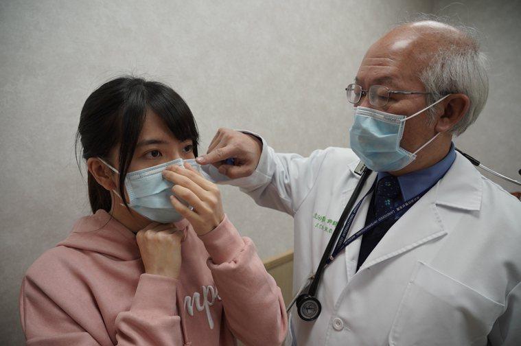 聯新國際醫院資深副院長暨胸腔內科醫師許詩典提醒,戴口罩在鼻樑處要壓緊底部。圖/聯...