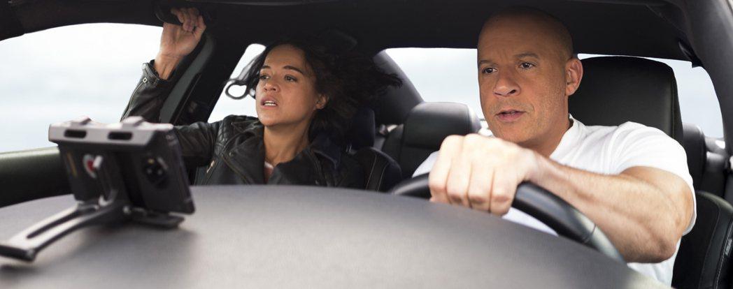 馮迪索、蜜雪兒羅卓奎茲在「玩命關頭9」再度攜手飆車。圖/UIP提供