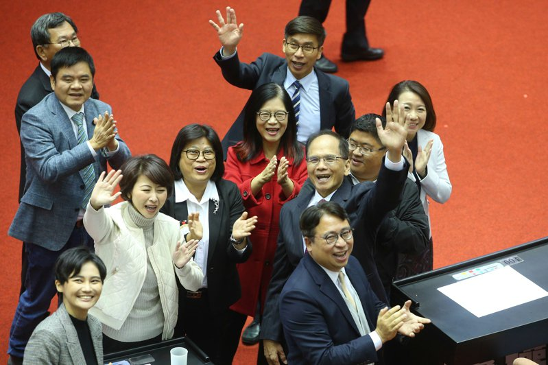 立法院上午進行新任院長選舉,最後由民進黨立委游錫堃(中)以73票當選。記者葉信菉/攝影