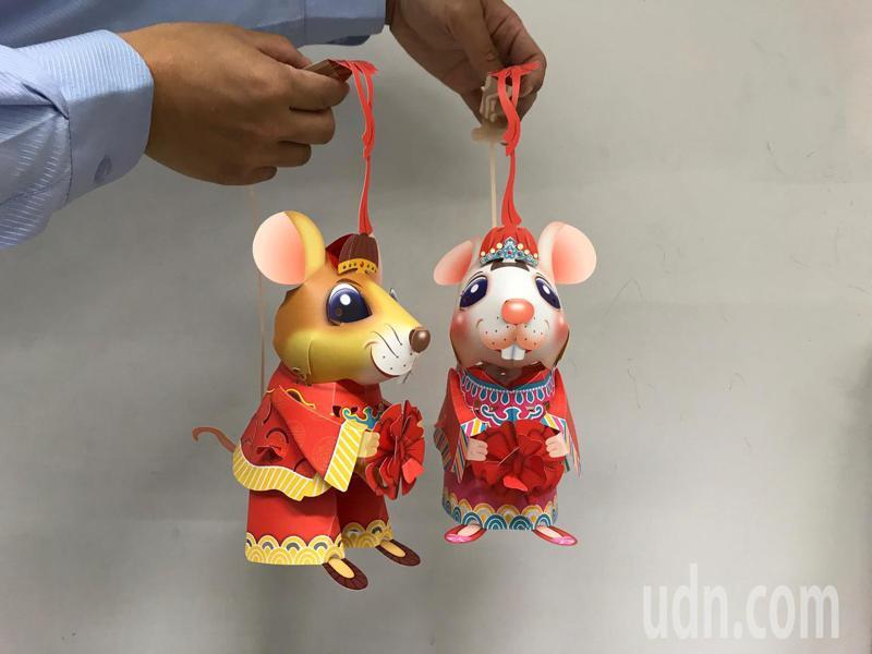 2020台灣燈會的小提燈以「老鼠娶親」為靈感設計,提燈正反面圖案不同,可自行選擇新郎或新娘造型,燈會期間將在各燈區發放。記者洪敬浤/攝影