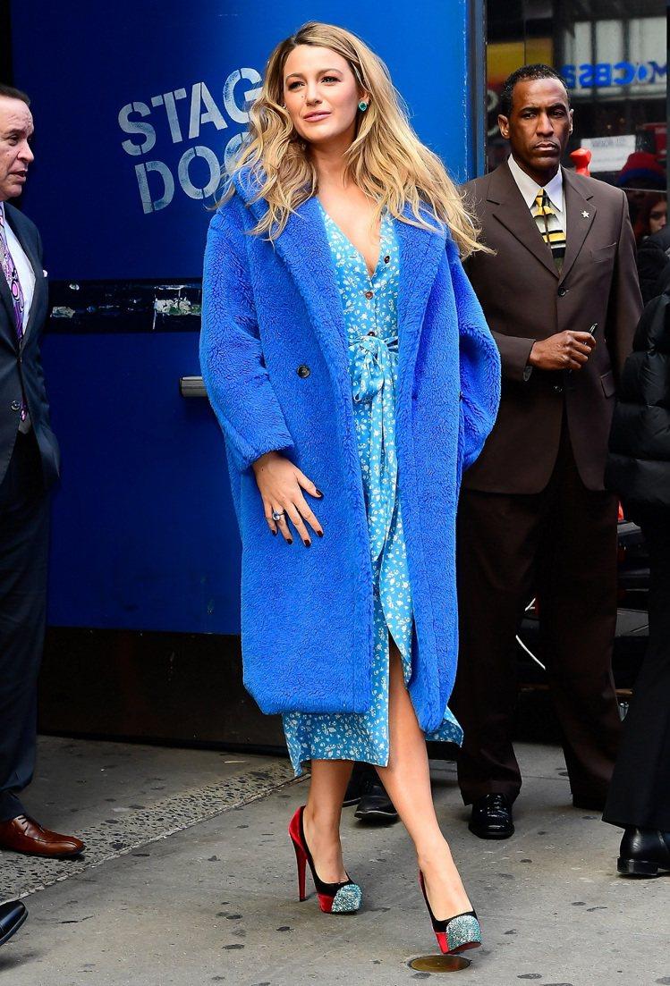 布蕾克萊芙莉穿著Max Mara鈷藍色Teddy Bear大衣,售價15萬800...
