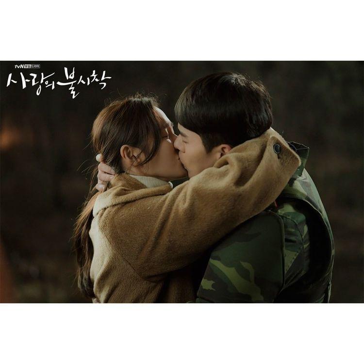 孫藝真和玄彬在南北韓38度線擁吻時身穿Vivienne Westwood大衣,售...