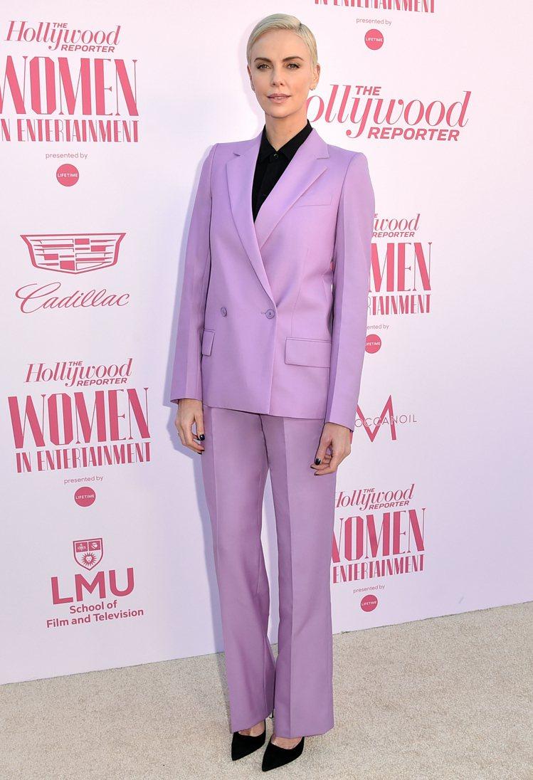 演繹薰衣草粉紫色系的GIVENCHY西裝時,莎莉賽隆顯得溫柔迷人。圖/GIVEN...