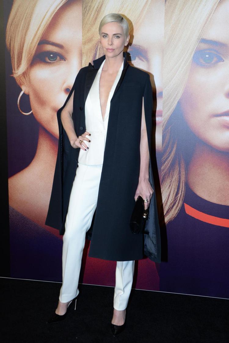 莎莉賽隆身穿DIOR高級訂製服,展現霸氣自信的風采。圖/DIOR提供