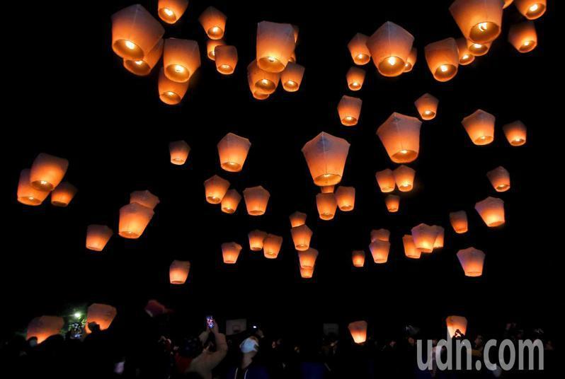 平溪天燈節第一波活動未受武漢肺炎疫情影響,今晚如期在平溪國中舉行,包含20呎鼠年主燈在內,共施放8波100盞天燈,一同為台灣祈福。記者余承翰/攝影