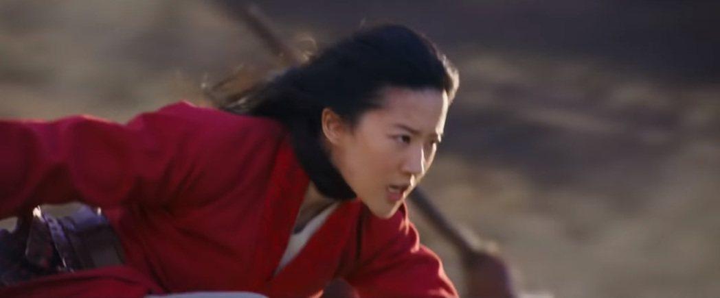 「花木蘭」在美式足球超級杯廣告中強調劉亦菲作戰英姿。圖/翻攝自YouTube