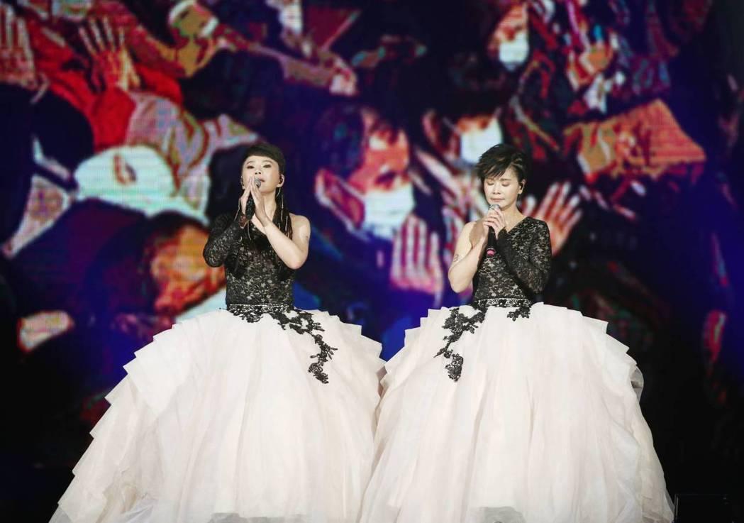 詹雅雯(左)與妹妹詹雅云帶著全場觀眾一起為武漢祈福10秒鐘。記者曾原信/攝影