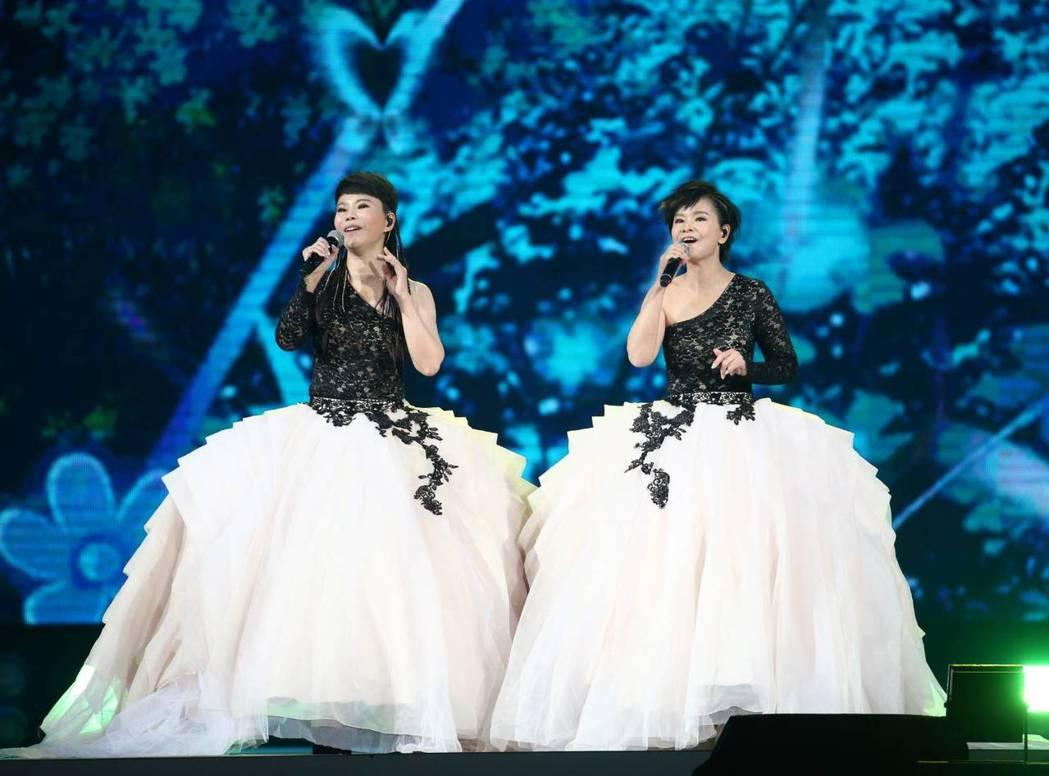 詹雅雯(左)與妹妹詹雅云演唱會開場重現「櫻花姊妹」組合。記者曾原信/攝影