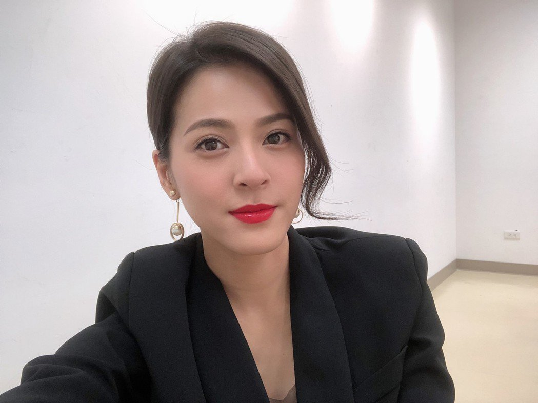 蘇晏霈塗上鮮豔口紅,穿上套裝,在「多情城市」戲中化身為總經理秘書。圖/民視提供