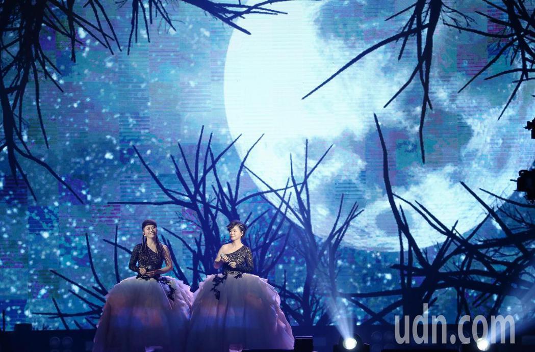 詹雅雯(左)30周年巡迴演唱會1日在小巨蛋開唱,妹妹詹雅云(右)一同上台高歌。記...