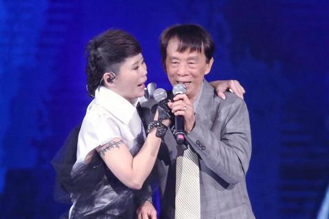台語歌后詹雅雯30周年巡迴演唱會今天晚間於台北小巨蛋開唱,不僅與妹妹詹雅云同台高唱,更邀請父親一起同台,惹得詹雅雯數次感動淚崩。