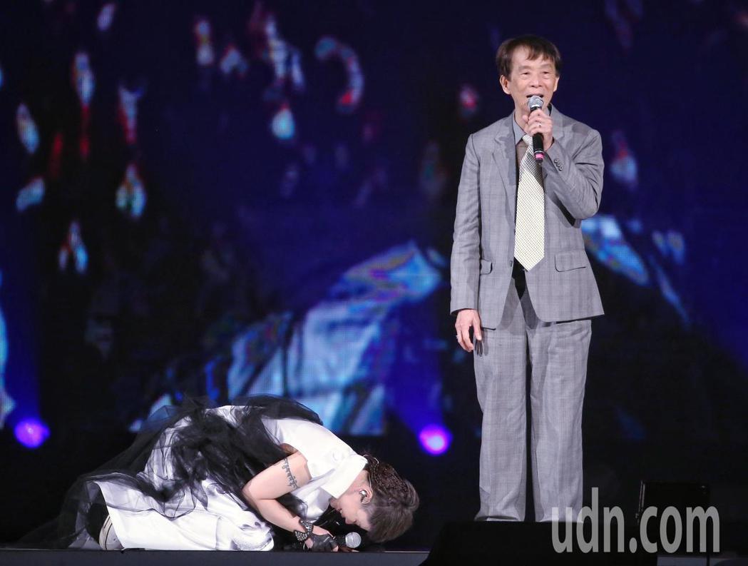 詹雅雯(左)30周年巡迴演唱會1日在小巨蛋開唱,詹雅雯也與父親(右)同台,詹雅雯...