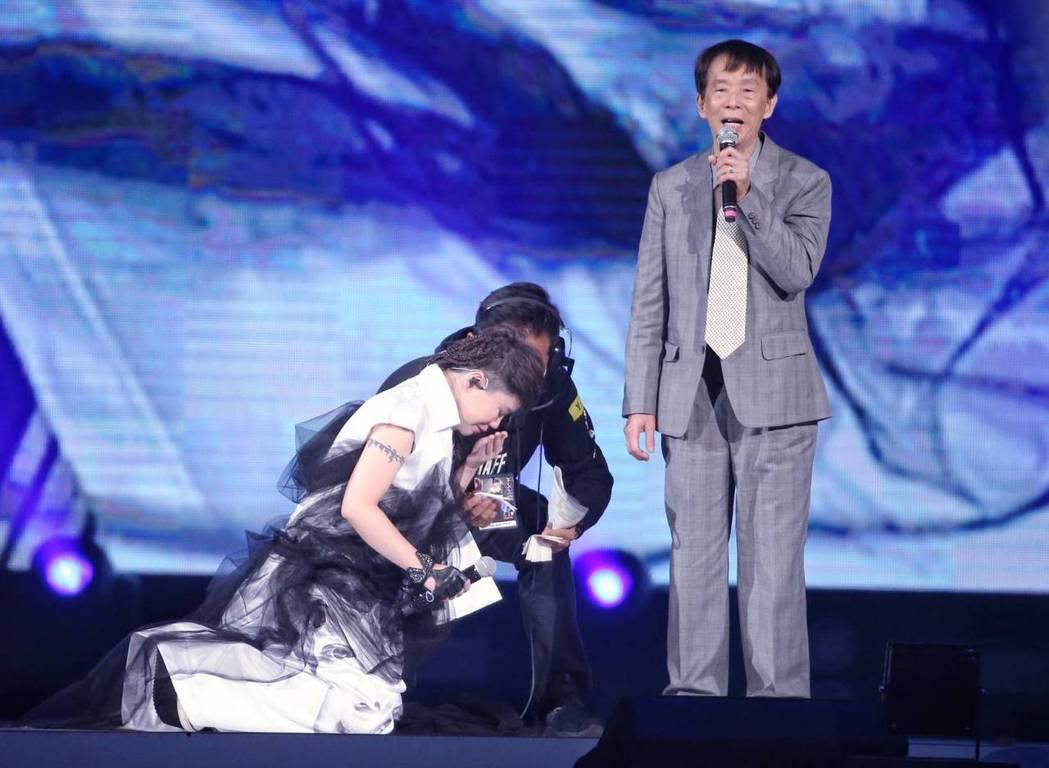 詹雅雯對爸爸行大禮跪拜,一度泣不成聲。記者曾原信/攝影