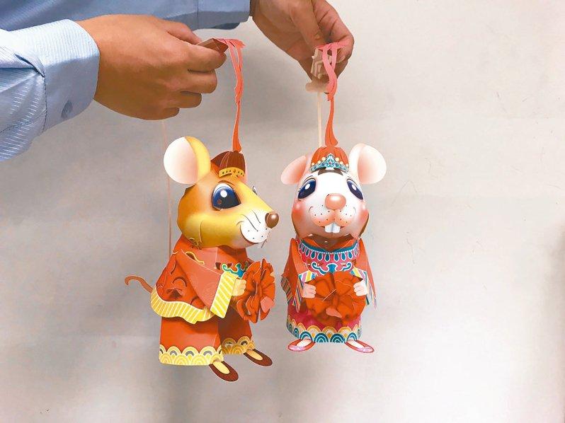 台灣燈會小提燈以「老鼠娶親」為靈感,提燈正反面圖案不同,可自行選擇新郎或新娘造型。 記者洪敬浤/攝影