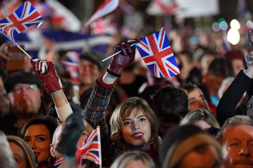 英國脫歐派支持者1月31日接近深夜十一點時,在首都倫敦國會廣場揮舞國旗慶祝英國即...