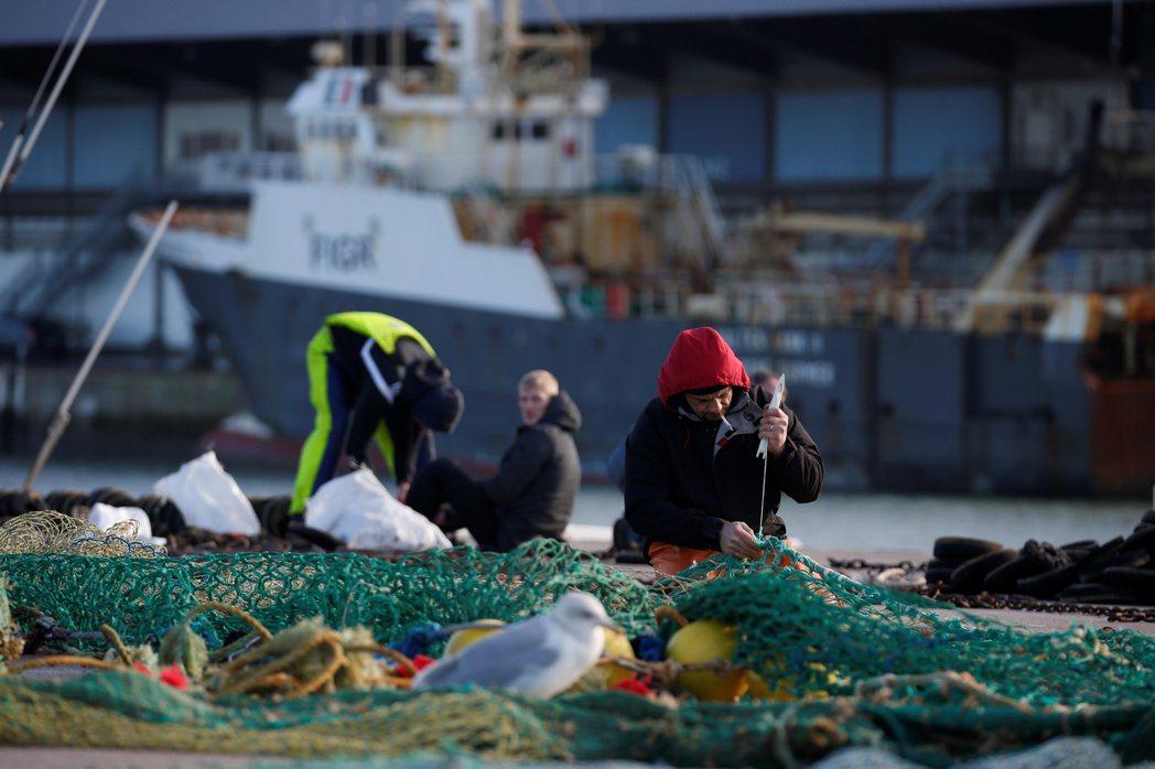 英國漁獲商人擔心,如果減少法國漁民捕撈量,法國人會封鎖港口或增加關稅報復。(路透...