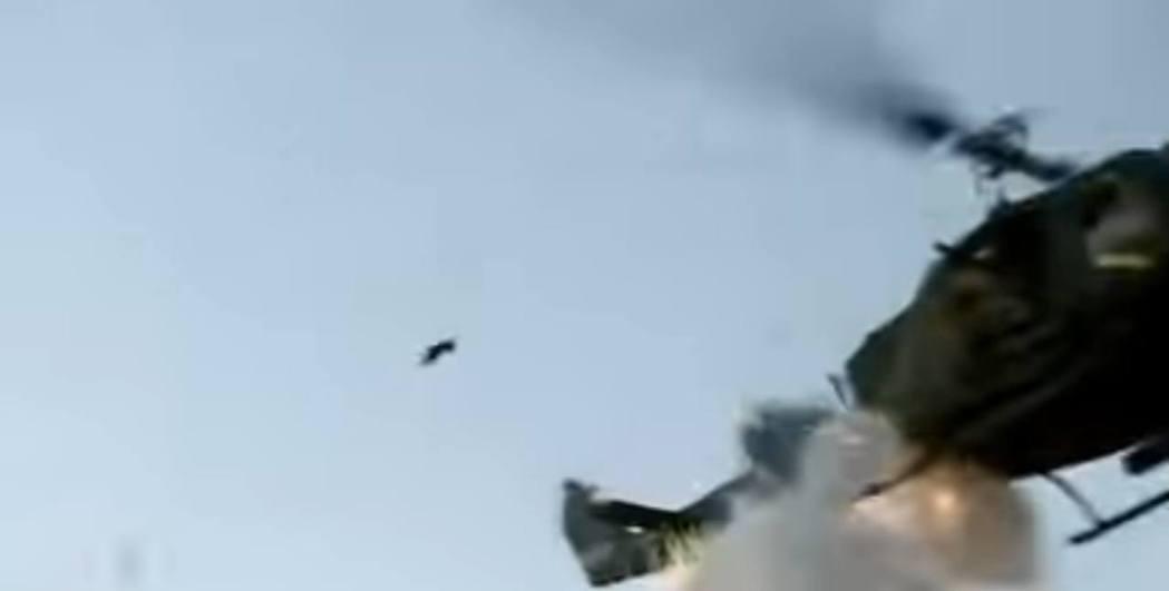 《Call of Duty: Black Ops》片中有直升機墜毀片段,今天重看...