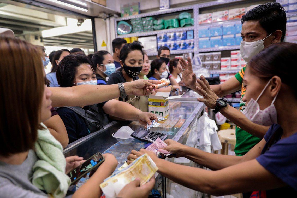 圖為菲律賓口罩搶購潮。 圖/路透社