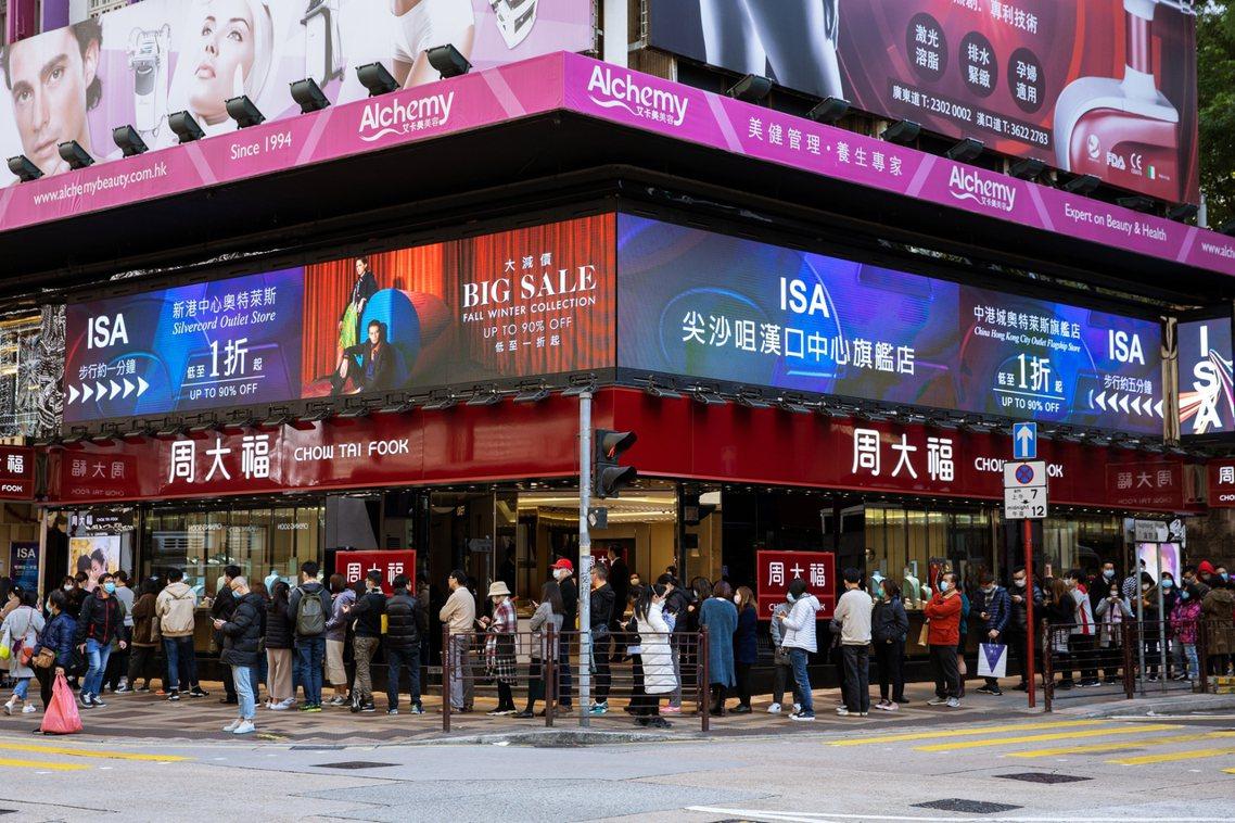圖為香港搶購口罩的排隊人龍。 圖/歐新社