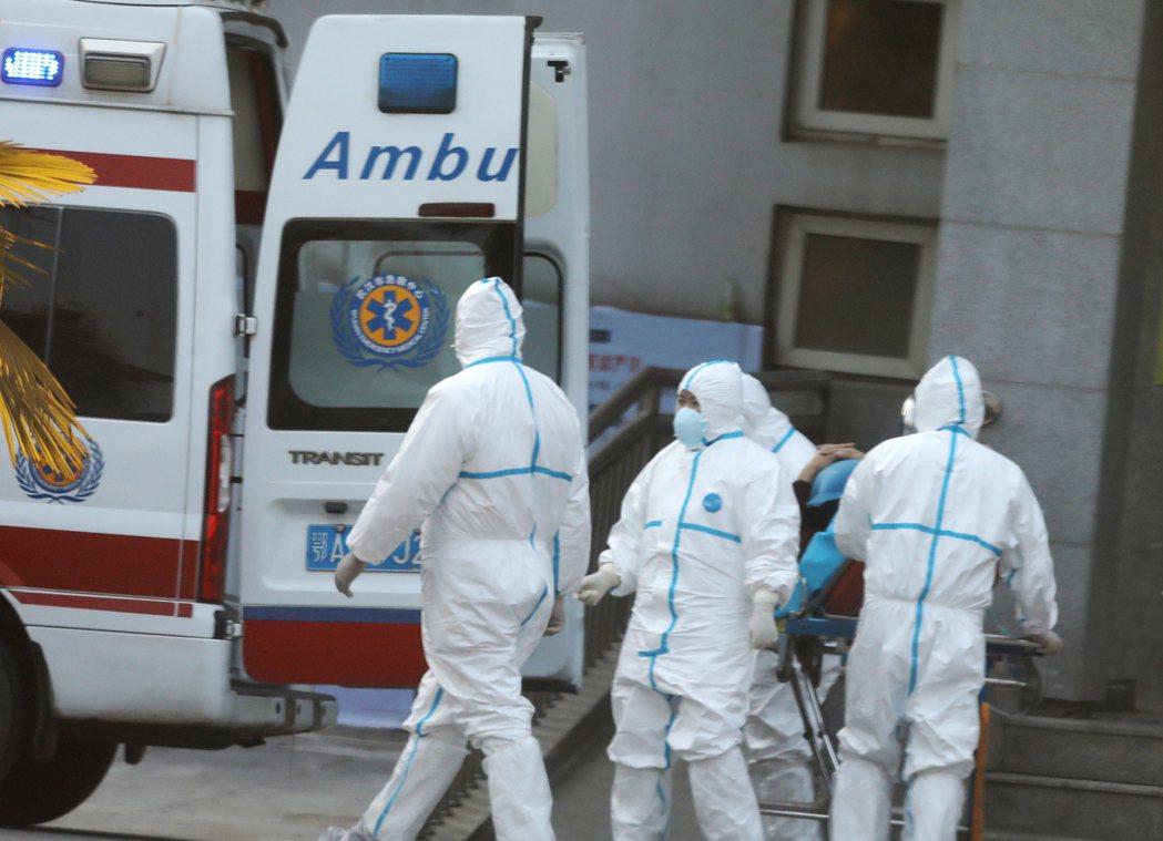 圖為武漢某醫院處理相關疫情的人員。(歐新社)