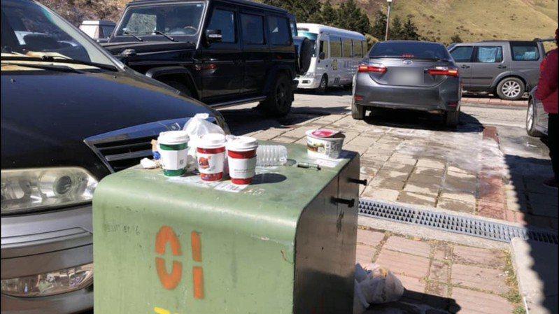 合歡山吸引許多遊客上山追雪,卻出現咖啡杯、泡麵碗到處丟的亂象。記者江良誠/翻攝
