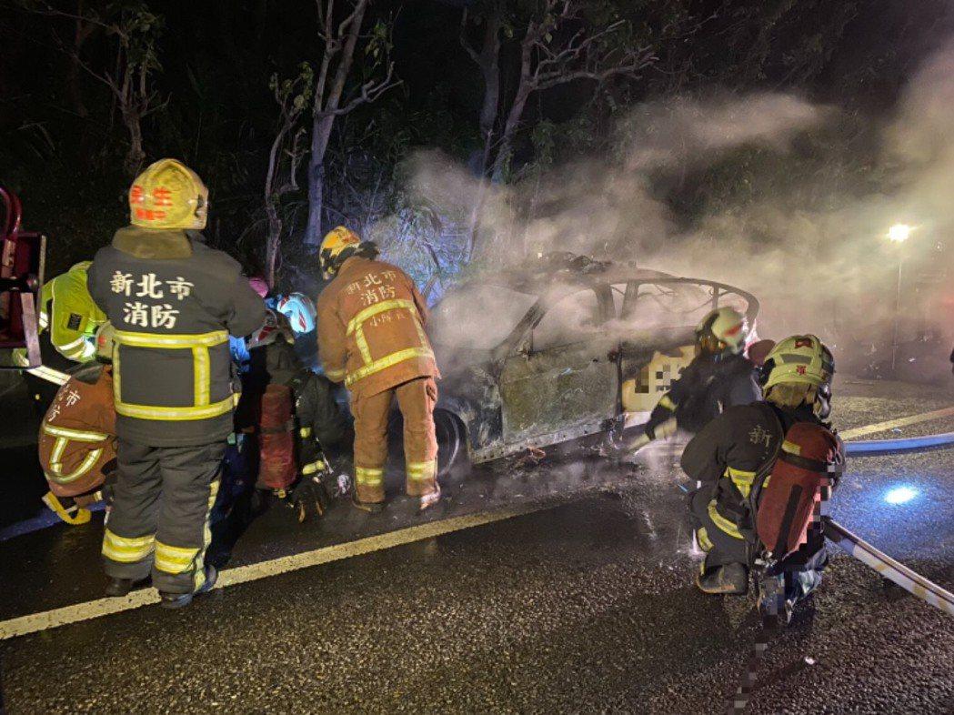 消防人員獲報趕到現場後,迅速將火勢撲滅,現場無人傷亡,車上裝備亦因員警機警撤走未...