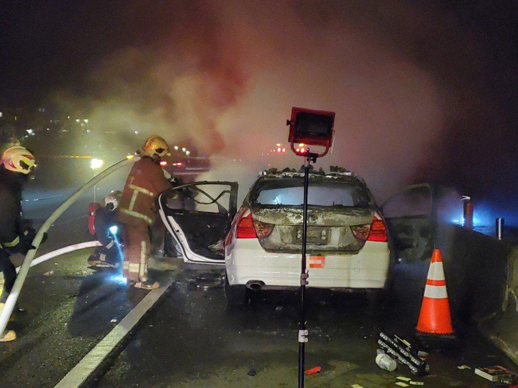 國道警第六大隊樹林分隊兩名員警昨日深夜開車巡邏時,引擎因不明原因導致起火燃燒。記...
