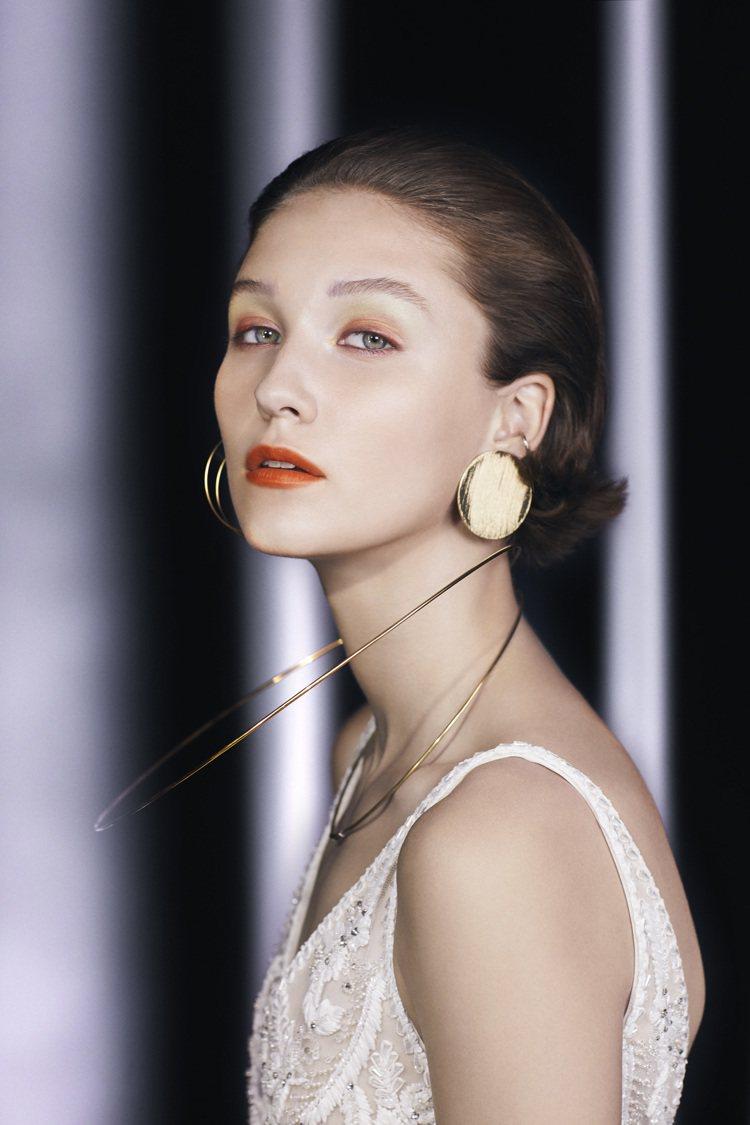 橘色系的眼妝,具有電眼特質。圖/Celvoke提供