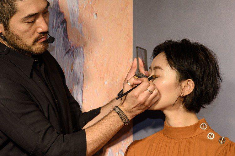 戴口罩時,畫眼妝的色調要稍微重一點。圖/THREE提供