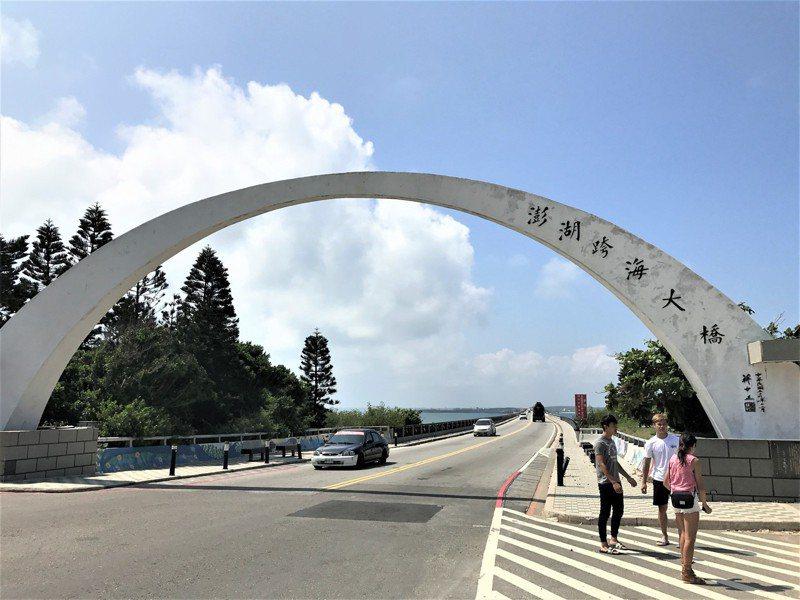澎湖雖然是許多觀光客喜愛的地方,但交通及醫療較本島不便,有網友就提問「自願搬去住的人在想什麼」。圖/本報資料照