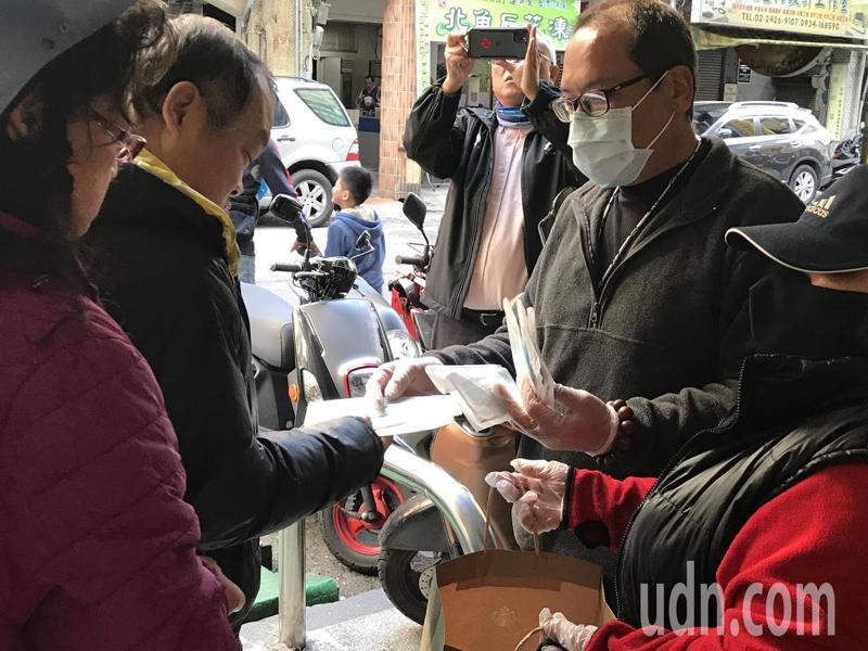 基隆市民吳家威今天下午發送500片口罩,民眾大排長龍索取。記者吳淑君/攝影