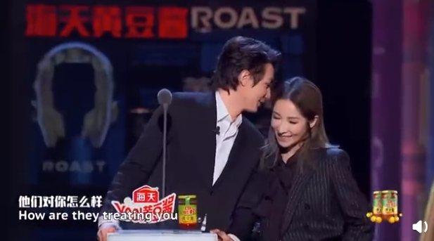 蕭亞軒(右)與男友黃皓一同上節目。圖/摘自微博