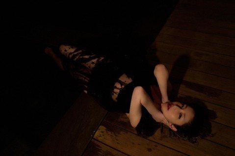 蕭亞軒(Elva)因病神隱近2年,去年底釋出新歌「當你和心跳一起出現」,與男友黃皓甜蜜同框合拍MV,近日又相偕錄製大陸節目「吐槽大會」,成為熱搜話題。Elva提到容祖兒曾遭初戀劈腿,自己也有類似經驗...