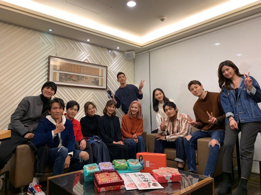 「天堂的微笑」演員與接檔戲「墜愛」演員相見歡。圖/TVBS提供