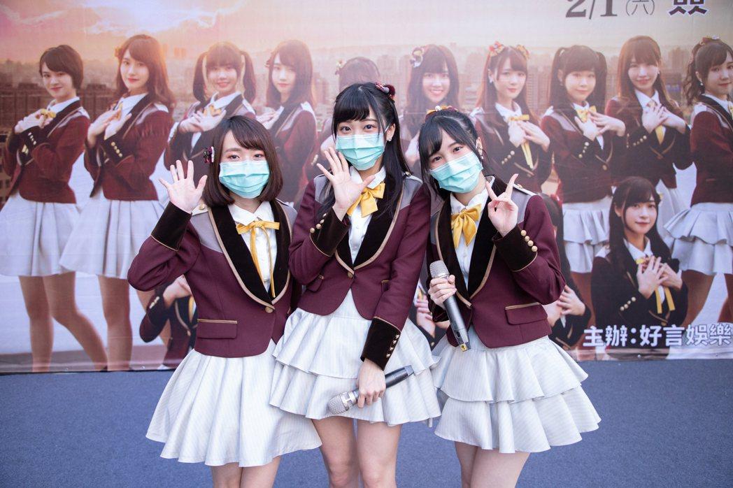 潘姿怡(左起)、冼迪琦和劉曉晴因自港澳返台,配合戴上口罩防疫。圖/好言娛樂提供