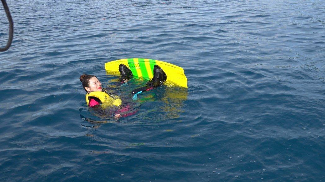 Selina在斐濟放膽嘗試滑水。圖/任真美好提供