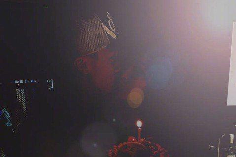 吳尊PO文慶祝與老婆交往24年,除了兩人都愛吃的蛋糕、花束、香水,還曝光夫妻倆親親的放閃照,網友閃瞎之餘不忘敲碗兩人趕緊辦婚禮,吳尊回覆:「誰想看我們辦婚禮啊?」粉絲都直喊期待:「給陪伴你半輩子的女...