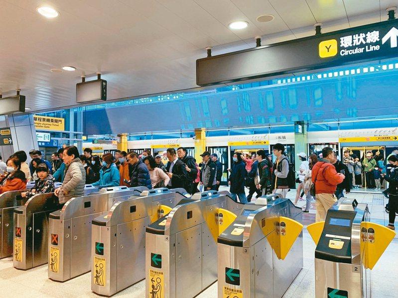 新北環狀線第一階段1月31日正式通車,到2月1日為止,光2天就有約10萬人次搭乘。 記者張曼蘋/攝影