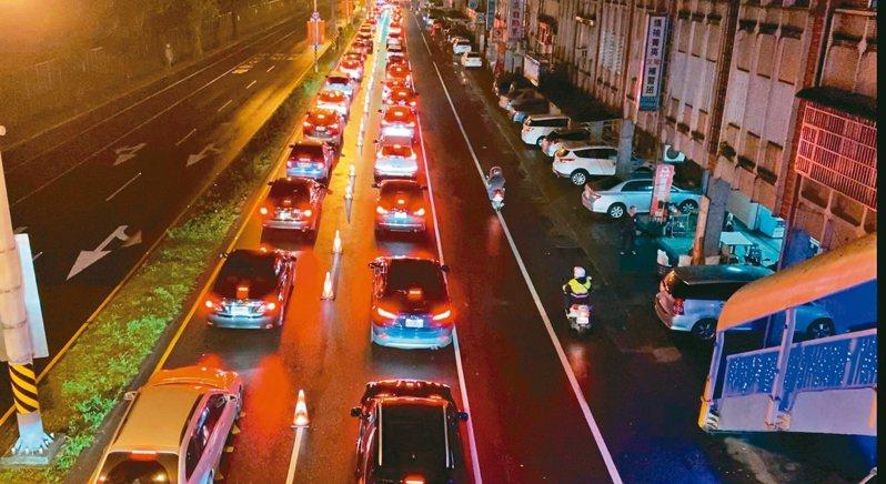 蘇花改春節車流創紀錄,圖為蘇澳市區要進入蘇花改的車潮。 圖/警方提供
