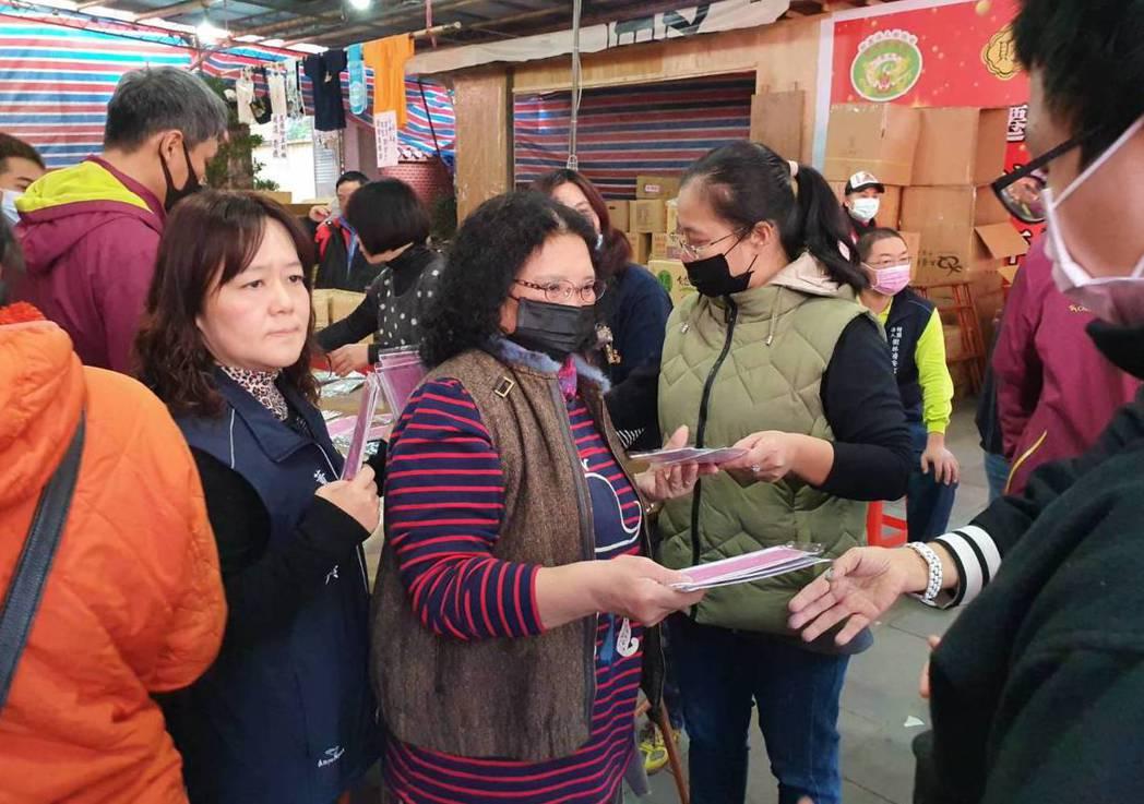 王姓一家人昨天在樹林濟安宮前發送1800片口罩。記者張曼蘋/攝影