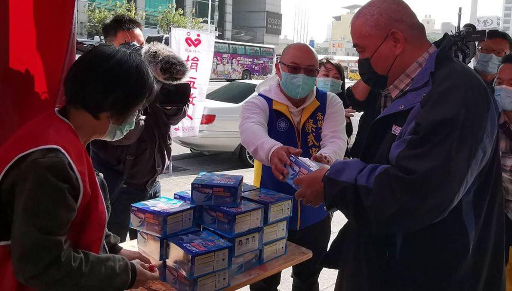 高雄市議員蔡武宏(右二)約2個月前有朋友熱心贊助400盒口罩讓他辦公益捐血活動,...