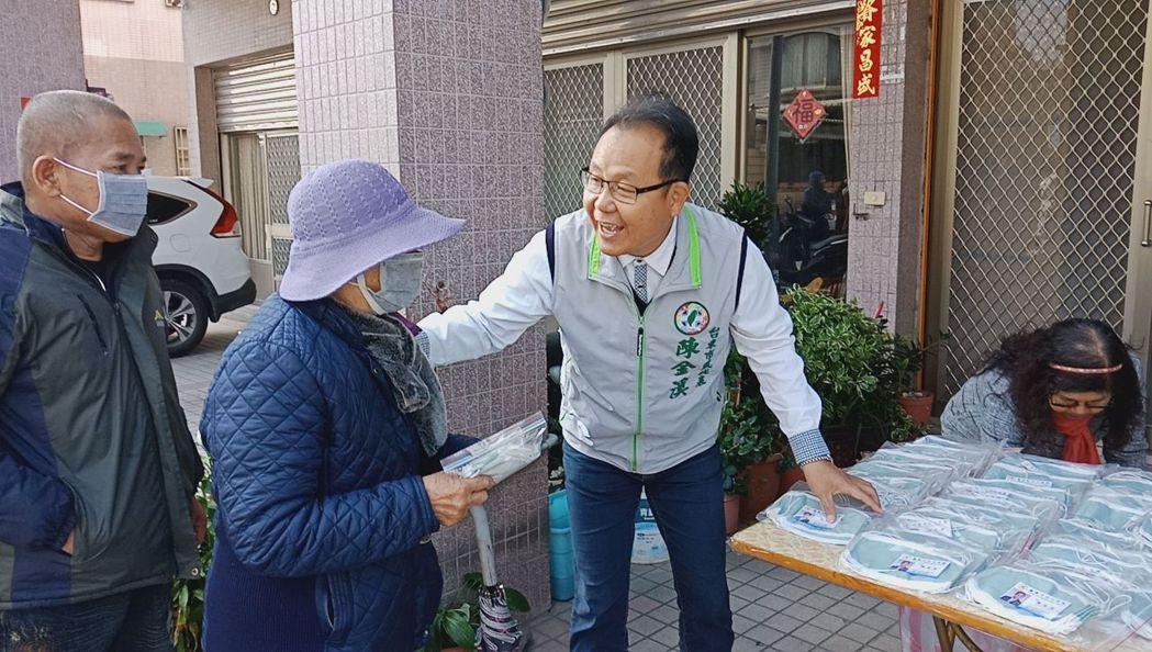 台東市市民代表陳金溪(右)1日暖心送出1000個口罩。圖/聯合報系資料照片